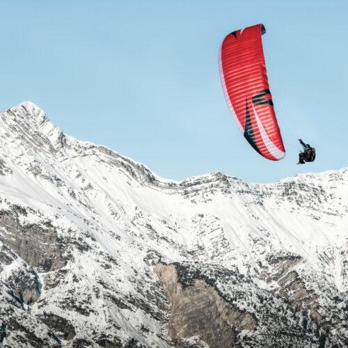 Skywalk Arak red wingover vor Bergkulisse