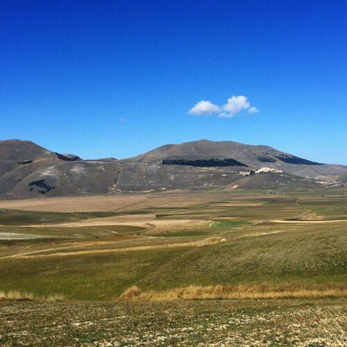 Gleitschirmreise Castelluccio kleine Wolken ueber Ebene