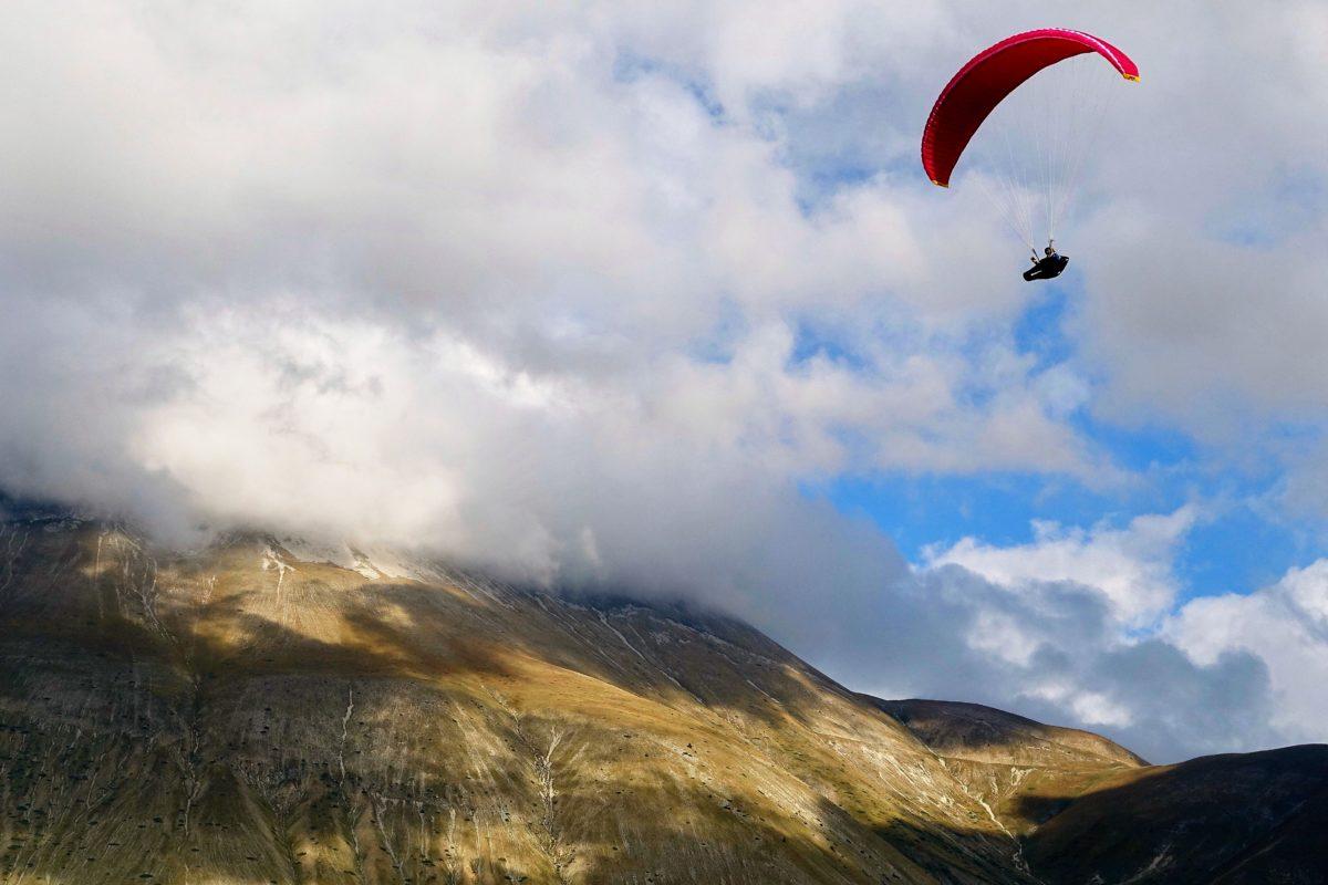 Gleitschirmreise Castelluccio Flug vor Wolken