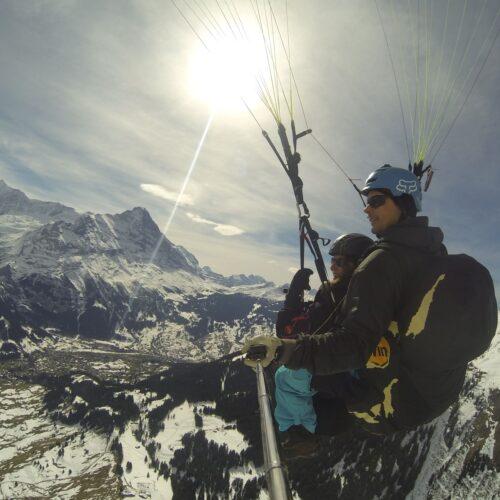 Airzone Tandemflug Selfie von hinten Berglandschaft Winter