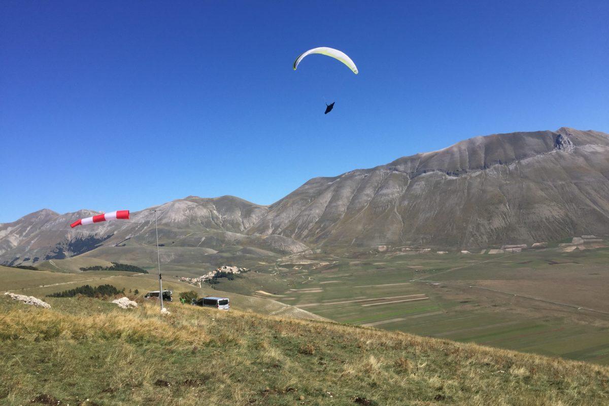 Gleitschirmreise Castelluccio Windsack mit Gleitschirm im Hintergrund