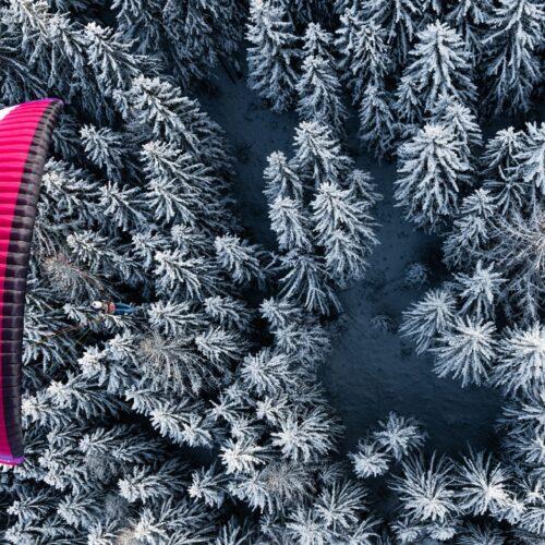 Nova Ion 6 sangria von oben über Winterlandschaft