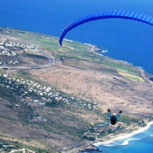 Gleitschirmreise La Reunion Schirm von hinten bei Flug entlang der Küste