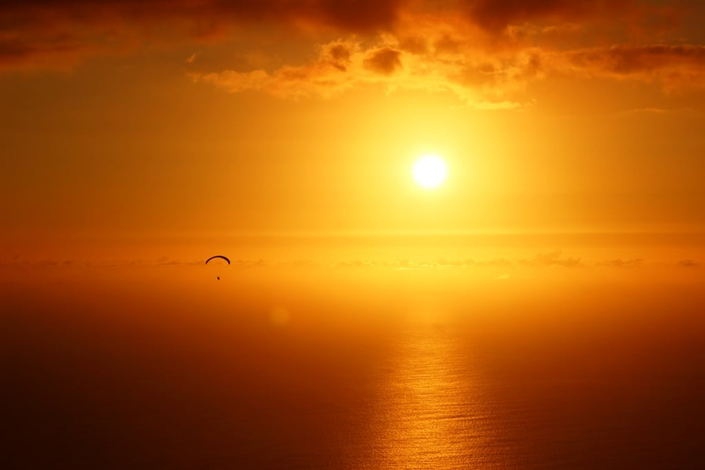 Gleitschirmreise La Reunion Schirm in feuerroten Sonneuntergang