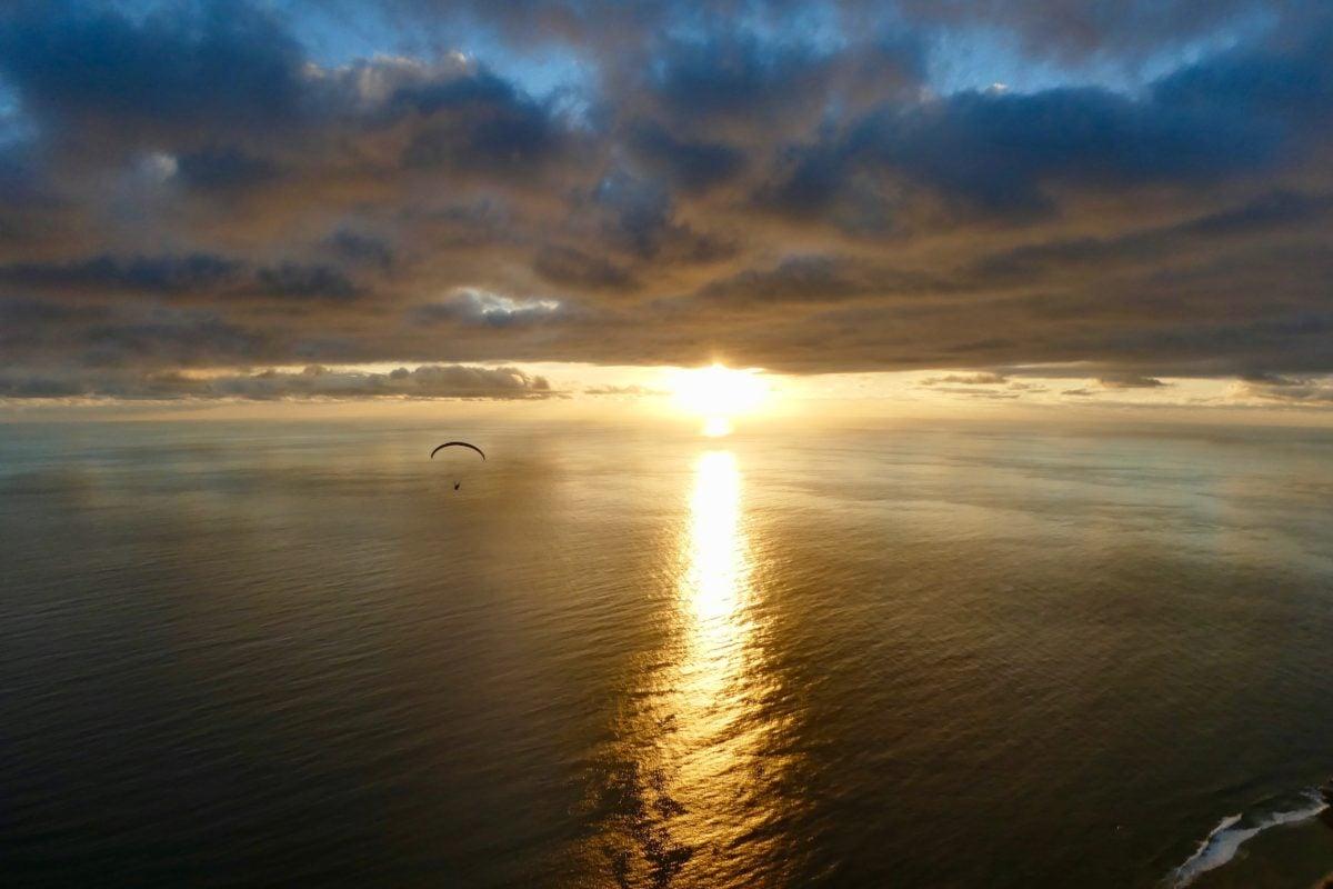 Gleitschirmreise La Reunion Schirm vor Sonnenuntergang