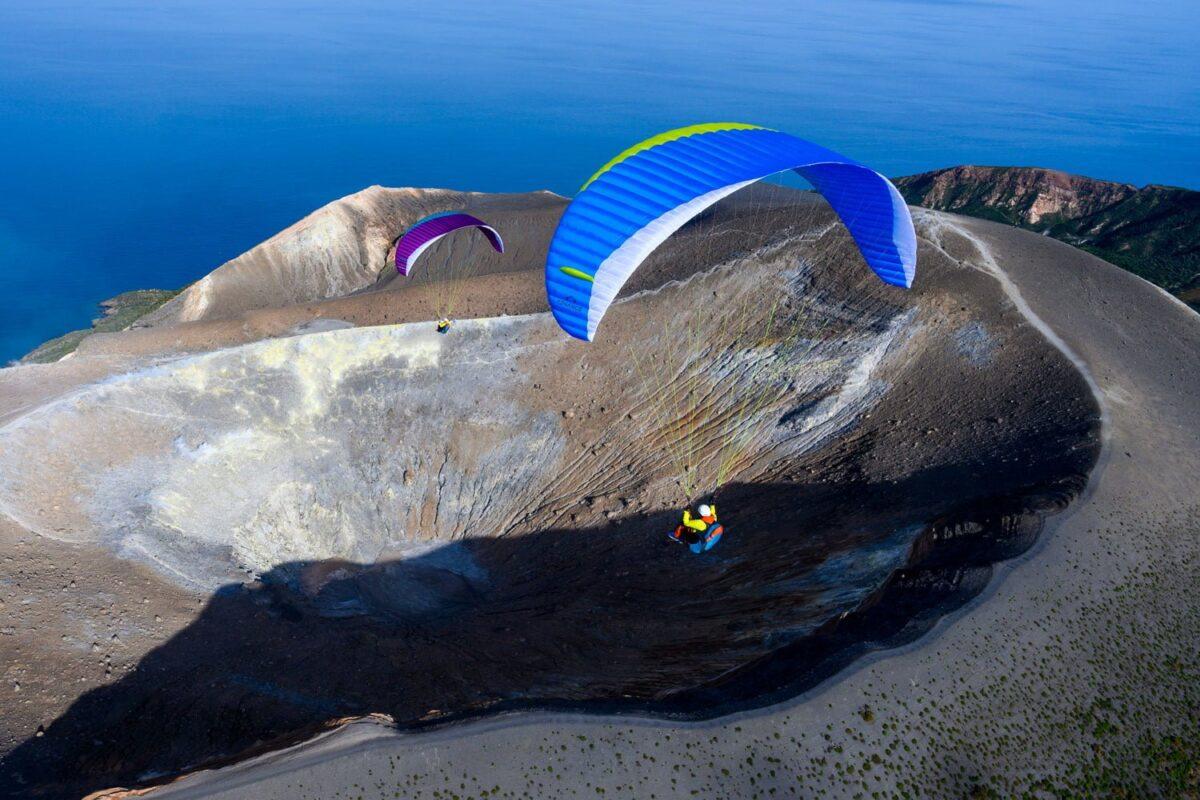 Advance Epsilon 9 blau über Vulkan