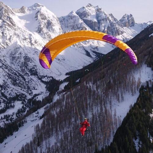 Phi Sonata gelb im Flug von vorne vor Winterlandschaft